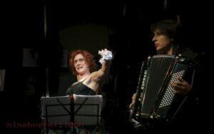 Il centro Hecate riapre e festeggia 10 anni di cultura  In scena lo spettacolo IntrattieniMenti con Alessandra Coccia e Daniela Esposito